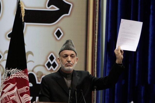 Leader of Taliban signs peace treaty