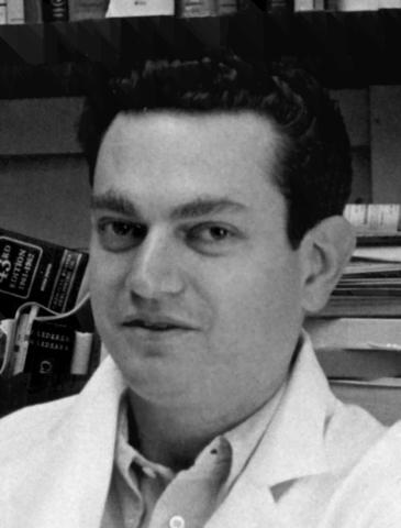 Se descubre que el codón UUU codificaba para el aminoácido fenilalanina, experimento que sentó las bases para la elucidación del código genético – Marshall Nirenberg y Matthaei
