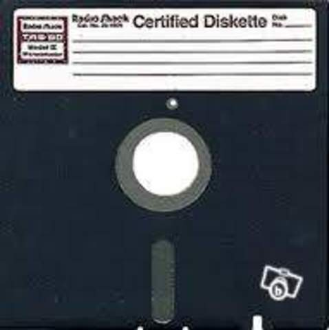 """Apparition du premier lecteur de disquettes 5"""" 1/4."""
