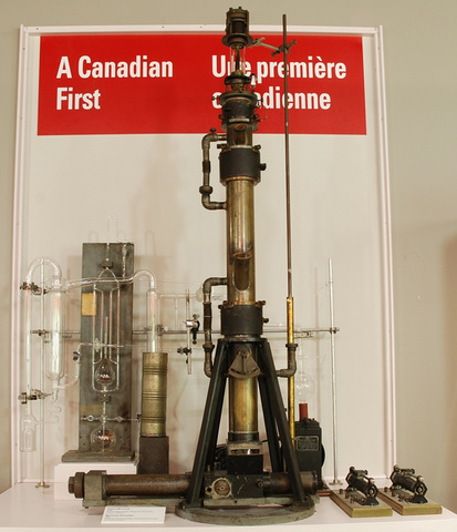 первый практический просвечивающий (трансмиссионный) электронный микроскоп