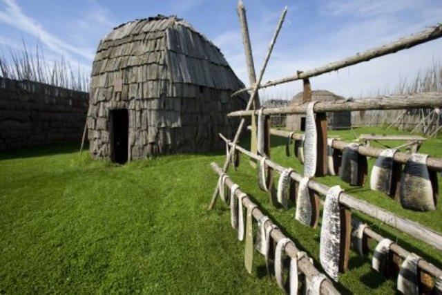 Premieèes reconstitutions des villages Iroquoiens du site Droulers