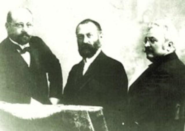 Otto T. Bláthy, Max Déri y Karl Zipernowski en la Exposición Húngara en Budapest, presetaron el prototipo de del sistema de iluminación que se utiliza hasta hoy en día.