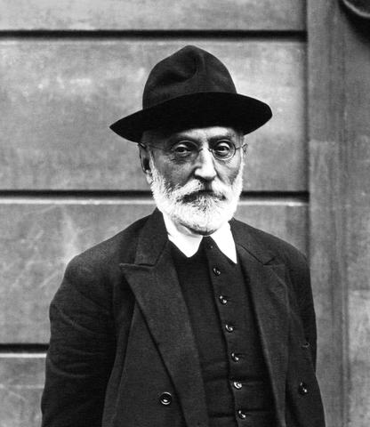 Franco destituye a Unamuno como rector de la Universidad de Salamanca.