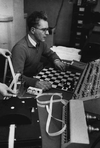 Claude Shannon desarrolla el primer algoritmo de computadora para jugar ajedrez.