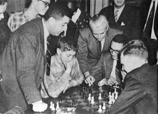 """Bobby Fischer, de 13 años, vence a Donald Byrne en el """"Juego del siglo""""."""