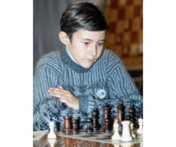Sergey Karjakin se convierte en el Gran Maestro más joven, a la edad de 12 años, 7 meses.