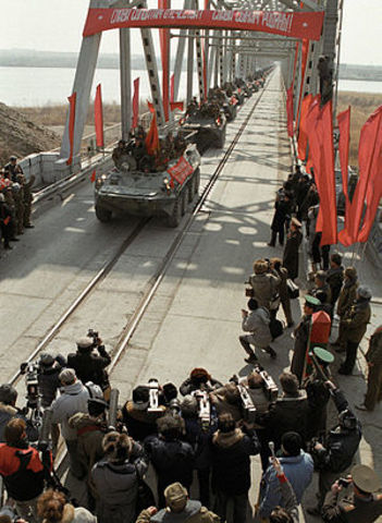Soviets beegin withdrawing troops from Afghanistan