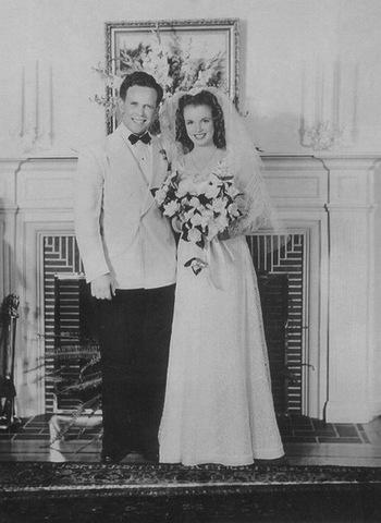 Выходит замуж   за  Джеймса Догерти.