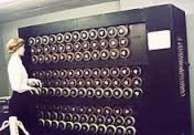 Alan Turing formaliza los conceptos de algoritmo y de máquina de Turing