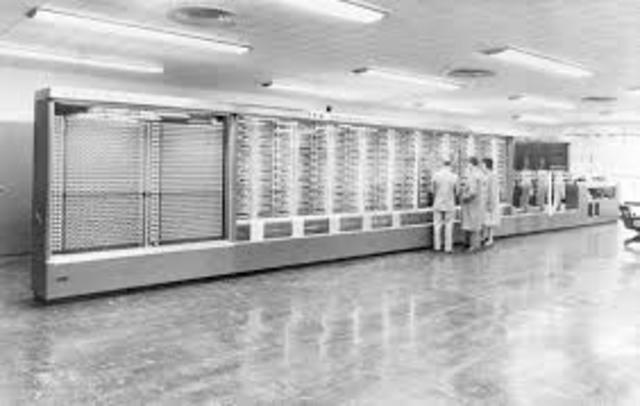 IBM construye la computadora electromecánica Harvard Mark I