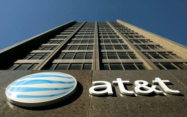 AT&T прокладывает первый в истории канал компьютерной связи между двумя странами.