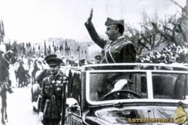 La Junta Técnica de estado decreta como nuevo saludo nacional el saludo fascista-falangista o romano del brazo en alto