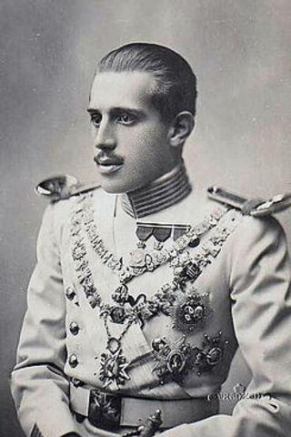 Muere en accidente de tráfico Alfonso de Borbón y Battemberg, hijo mayor de Alfonso XIII, quien había renunciado al trono el 11 de junio de 1933 por amor a una modelo cubana. La línea sucesoria se sigue manteniendo en Don Juan.