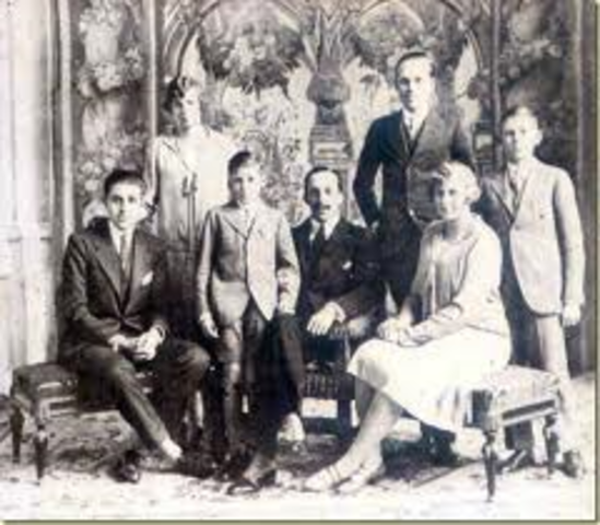 La familia real española, exiliada en París desde la instauración de la República, recupera por decreto la ciudadanía española y sus propiedades.