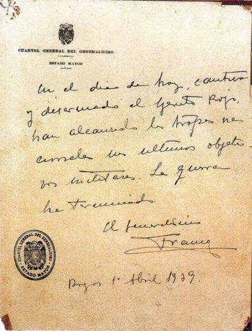 """Franco firma el último parte oficial de guerra desde el Cuartel General del Ejército nacional en Burgos: """"En el día de hoy, cautivo y desarmado el Ejército rojo, las tropas nacionales han alcanzado sus últimos objetivos. La guerra ha terminado""""."""