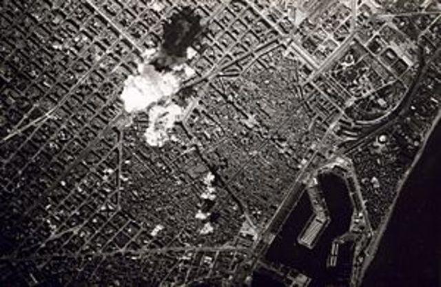 Los aviones nacionales bombardean el puerto de Barcelona.