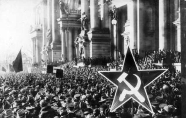 Revolució Espartaquista dirigida per Rosa Luxemburg i Liebknecht