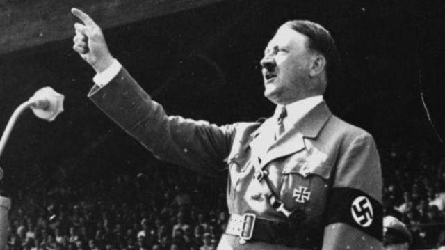 El president Hindenburg nomena Hitler com a Canceller, en un govern de coalició amb la dreta