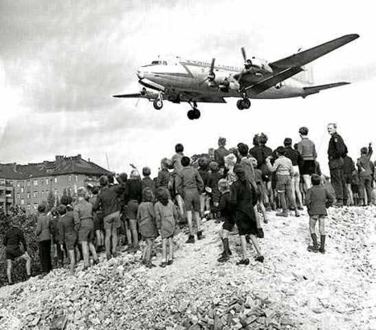 Se realiza el puente de Berlín el cual consistía en el traslado por avión de recursosalimenticios por parte del bloque capitalista al la parte oriental de Alemania.