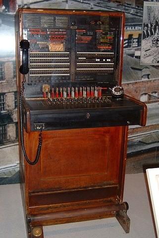 Se construye la primer pizarra telefónica manual (switchboard)