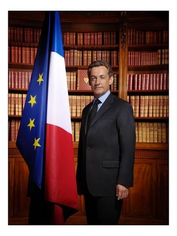 Nicolas Sarkozy succède officiellement à Jacques Chirac à la présidence de la République.