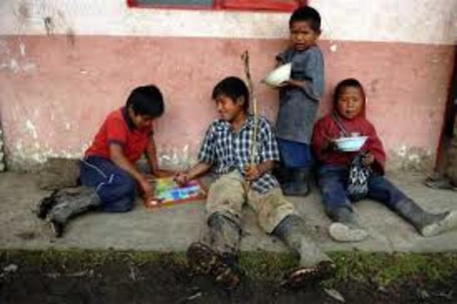 Gran Población Infantil Con Carencia De Servicios Basicos