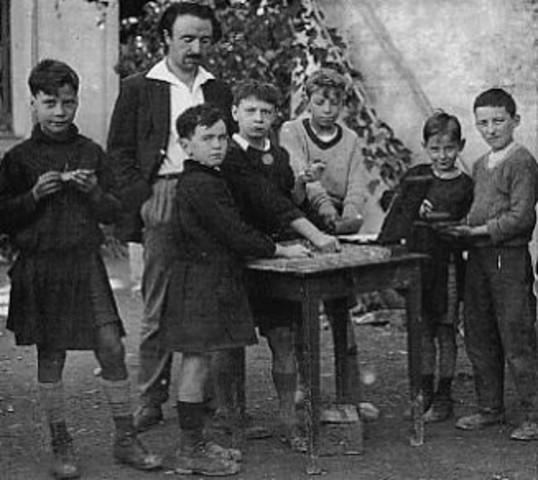 Freinet con el apoyo de partidarios comunistas, construye una escuela en Vence.