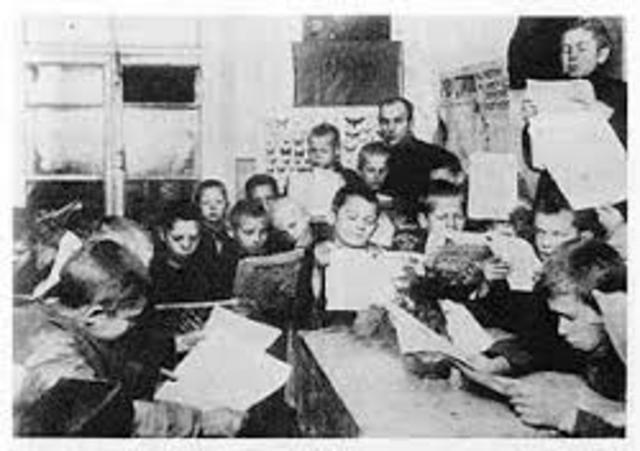 Makarenko trabaja como profesor en una escuela primaria ferroviaria de Kriúkov