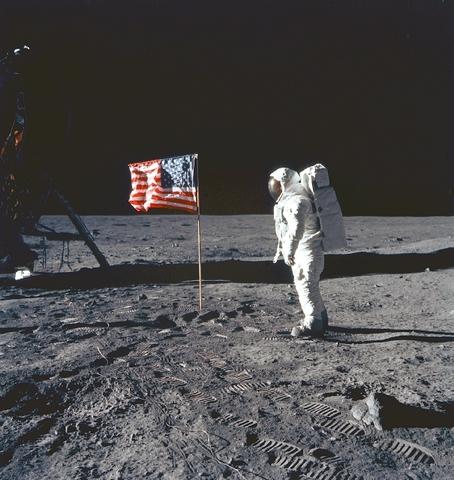 Primera expedición humana en la Luna por Neil Armstrong con la nave Apolo XI