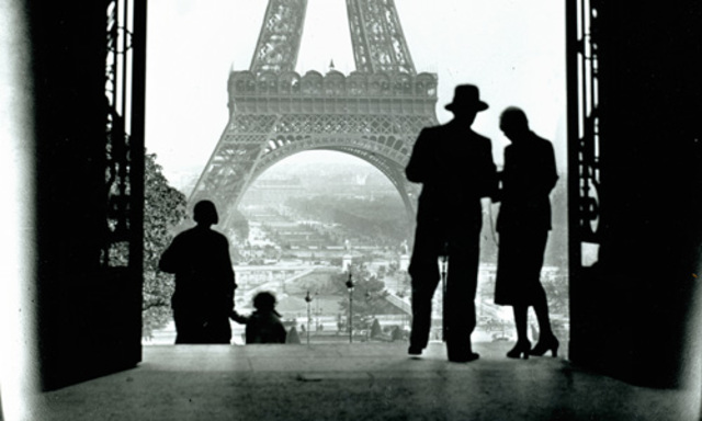 Se traslada a París.