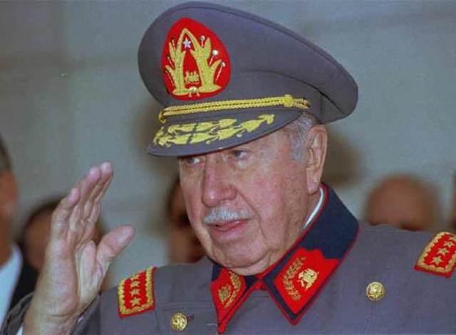 El Gobierno español cursa a las autoridades británicas la petición de extradición del exdictador chileno Augusto Pinochet, a demanda del juez de la Audiencia Nacional Baltasar Garzón.