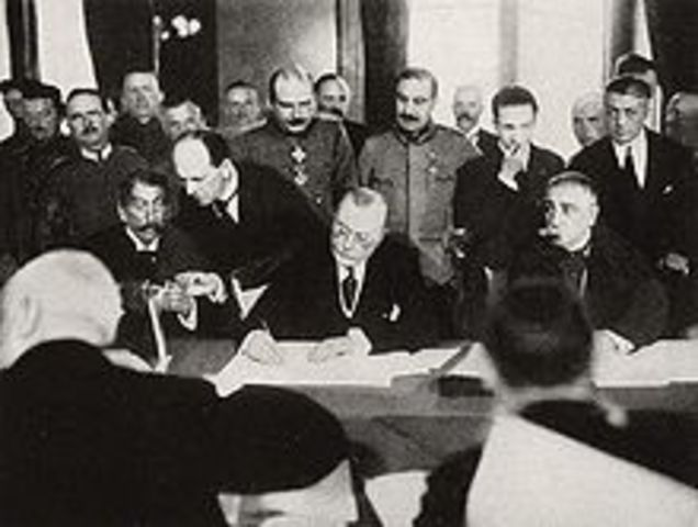 El Imperio Austrohúngaro firma un armisticio.
