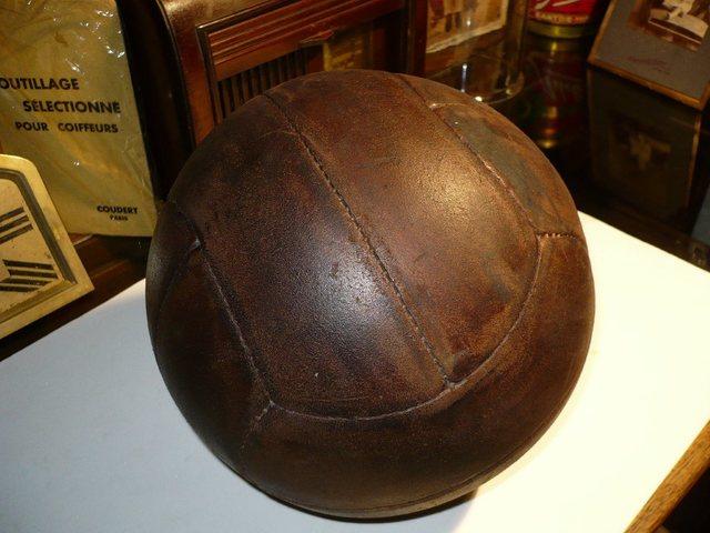 Se introduce el balón de cuero.