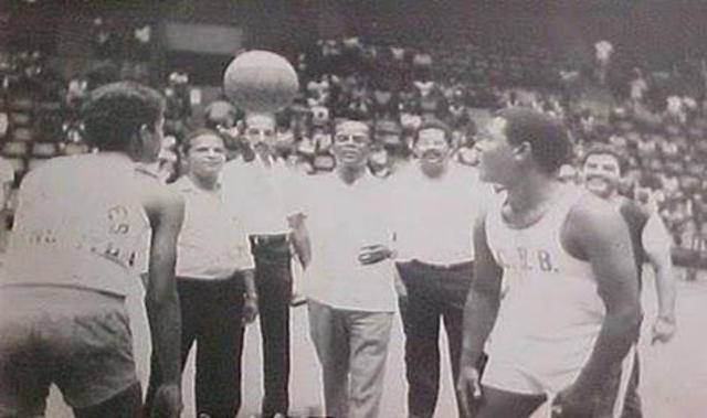 Se introducen dos árbitros en la dirección de los juegos.