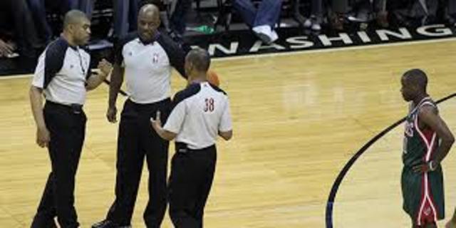 Se retransmite los primeros encuentros de baloncesto por televisión desde el Madison Square Garden. En cada partido oficial se establecen 2 árbitros, un cronometro y un anotador.