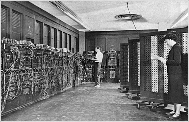 EDVAC: John Von Neumann junto con Dr. John W. Mauchly y John Presper Eckert Jr