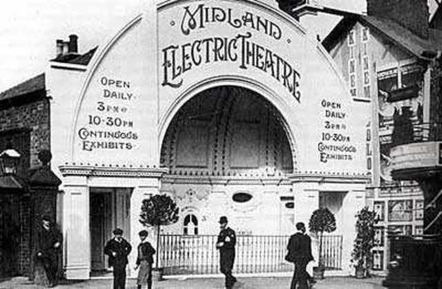 En Estados Unidos, el Electric Theathre, la primera sala de cine, se construye en Los Ángeles, California. Cuenta con 200 sillas y se cobra 10 centavos por la entrada.