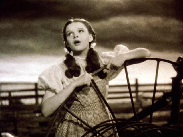 Se estrena The wizard of Oz con Judy Garland, largometraje en technicolor.