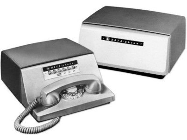 La compañía BELL crea el primer módem que permitía transmitir datos binarios sobre una línea telefónica simple.