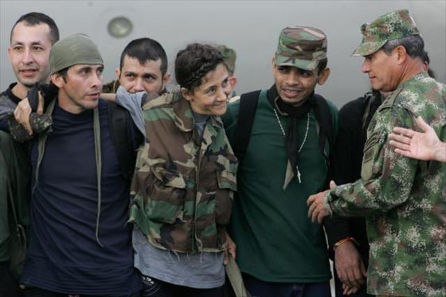 Ejército de Colombia, fueron rescatados 15 rehenes de las FARC, entre ellos la excandidata presidencial Íngrid Betancourt