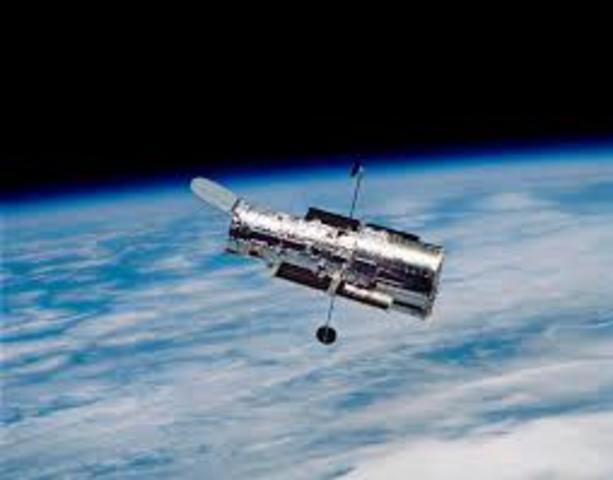 1990 La NASA pone en órbita el telescopio espacial Hubble.