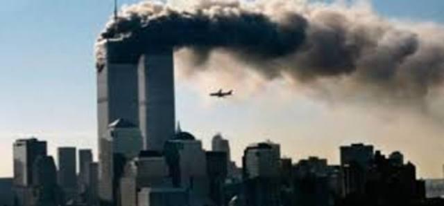 1993 Atentado terrorista con un coche bomba en las Torres Gemelas de Nueva York.