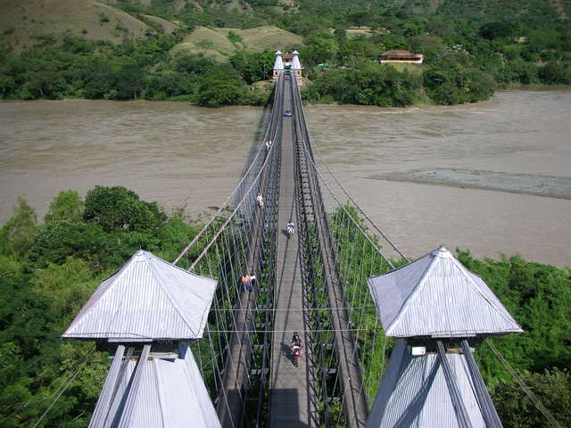 Construcción del primer puente colgante en Colombia.