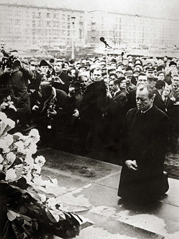El canciller de la RFA, Willy Brandt se arrodilla en Varsovia en homenaje a las víctimas del nazismo.