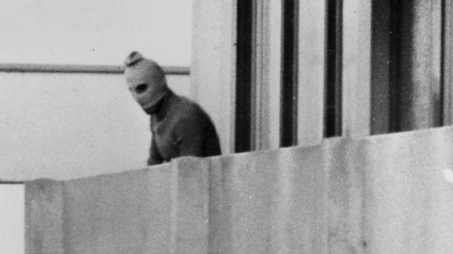 En los Juegos Olímpicos de Múnich, el grupo terrorista palestino «Septiembre Negro» provoca la muerte de nueve atletas israelíes