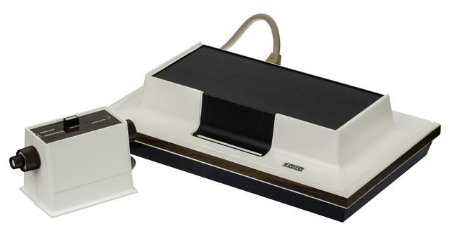 La primer videoconsola casera Magnavox Odyssey sale al mercado