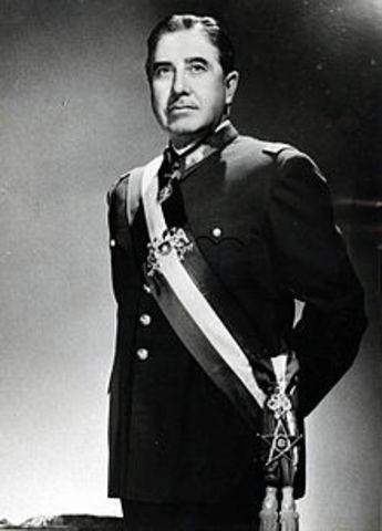 El general Augusto Pinochet provoca un golpe de Estado en Chile, para derrocar al gobierno de Salvador Allende, instaurando un régimen que duraría hasta 1990