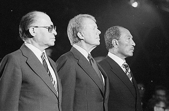 Se firman los acuerdos de paz de Camp David entre Israel y Egipto bajo el auspicio de los Estados Unidos