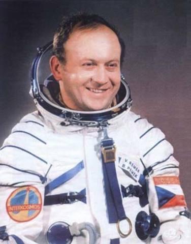 Vladimír Remek (República Checa) se convierte en el primer astronauta de un país distinto a la Unión Soviética o los Estados Unidos