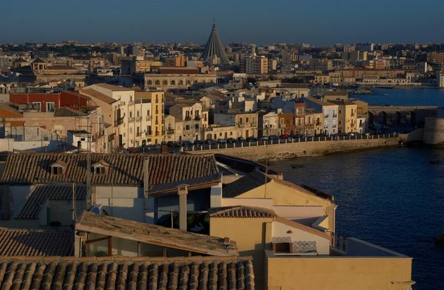 Viaja a Sicilia.